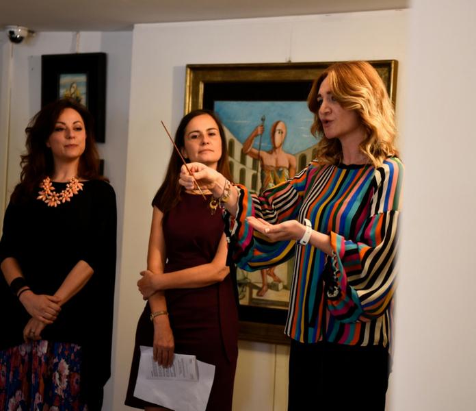 Giovanna Chieppa mostra uno dei pennelli d'artista
