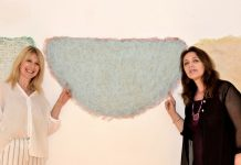Io e Sonia Damietto con le opere materiche di Peter Kim
