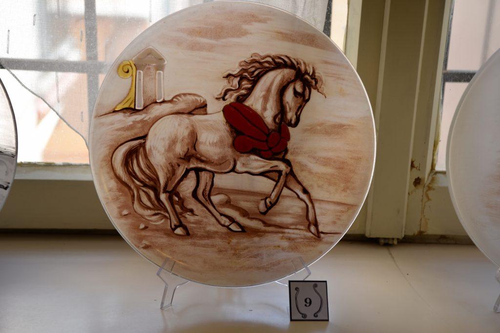 piatto 9 Giuliana Catenaro, 2018 grisaglia, vetrofusione , cm 30 d'aprés Cavallo bianco in riva al mare inizio anni Quaranta Olio su tela, cm 24,5x34,5 Collezione provata C.Panunzi Ph