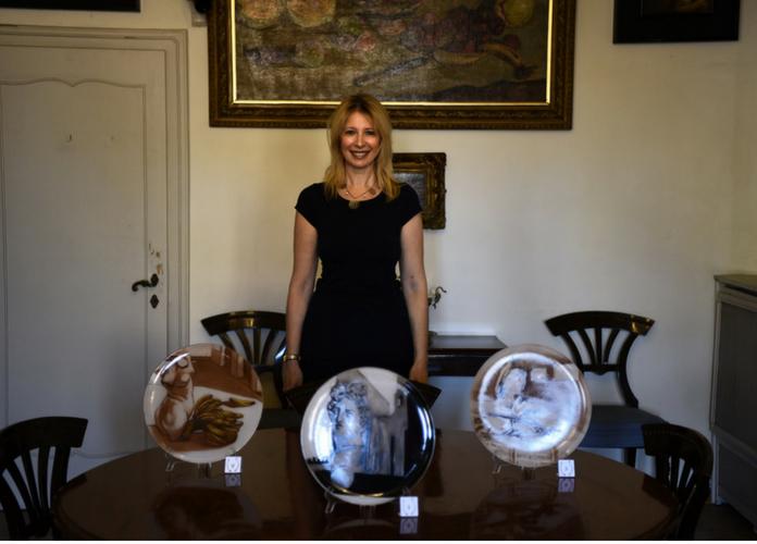 io e i tre piatti d'artista nella sala da pranzo di Casa de Chirico