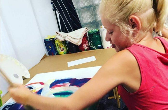 Clara_Woods mentre dipinge