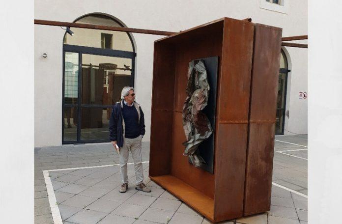 Antonio Fraddosio con la sua opera