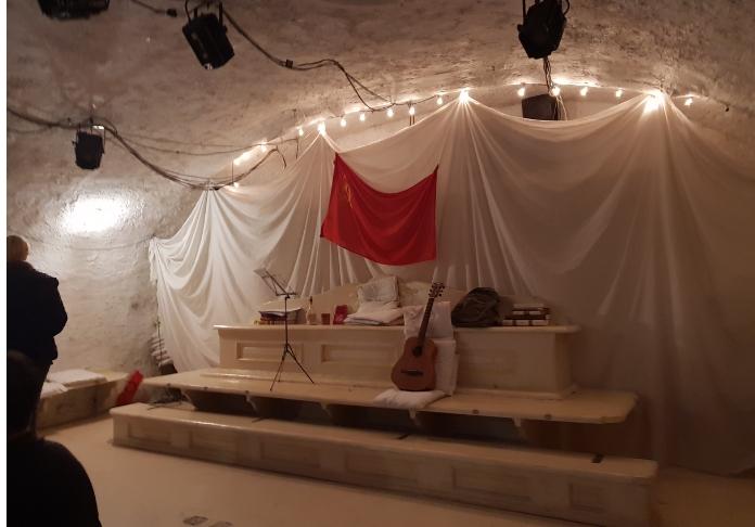 teatro di documenti scena bandiera rossa ph. Emanuela Dottorini