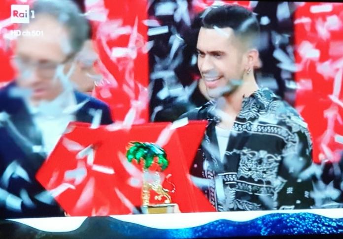 Mahmood vincente tra i coriandoli di Sanremo 2019 frame da tv di Emanuela Dottorini