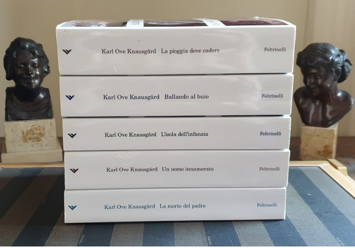 karl ove knausgard i miei volumi della saga ph. Emanuela Dottorini