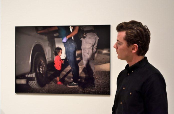 Jerzy Brinhof (responsabile mostre e curatore della World Press Photography di Amsterdam) mentre osserva l'opera vincente di John Moore Crying girl on the border (Claudio Panunzi Ph)