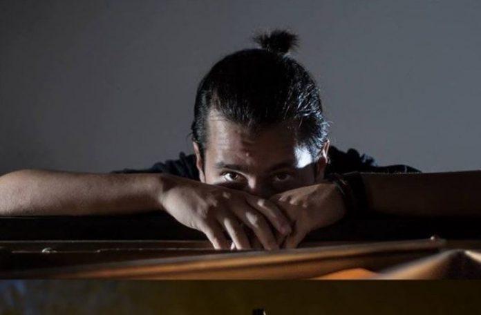 Lewis-Saccocci-suona-il-pianoforte-per-Monks-Mood-a-Villa-Leopardi-settembre