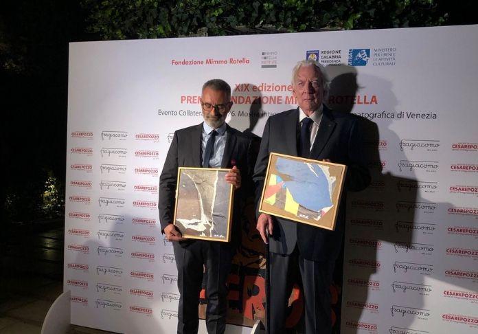 Giuseppe Capotondi e Donald Sutherland presenziano e ricevono il XIX Premio Mimmo Rotella al Festival di venezia 76