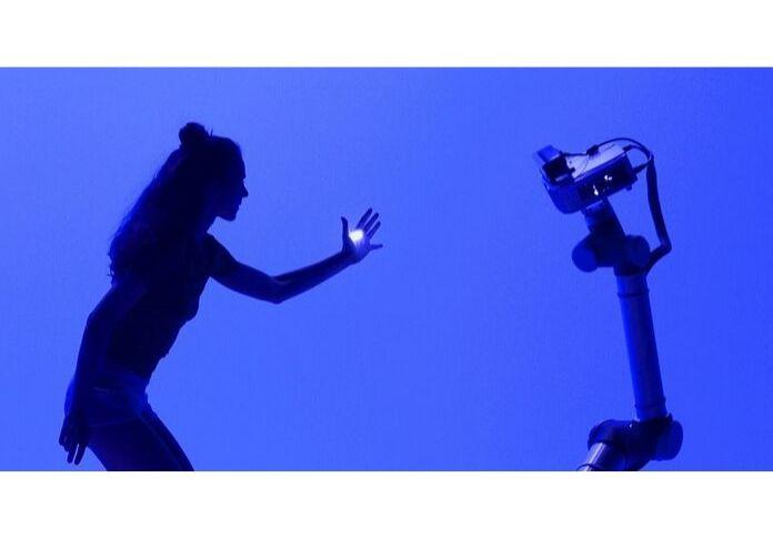 La perfomance Hu_robot al Teatro Vascello racconta l'avvicinamento graduale tra uomo e macchina
