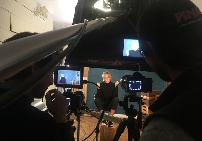 Sharon Stone intervistata per il docubio That Click sul fotografo Douglas Kirkland