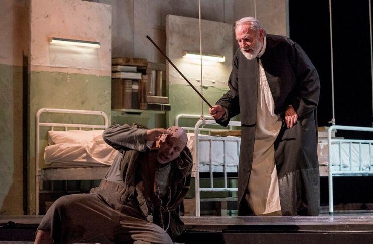 La tempesta al Teatro Vascello con Renato Carpentieri nella parte del protagonista Prospero