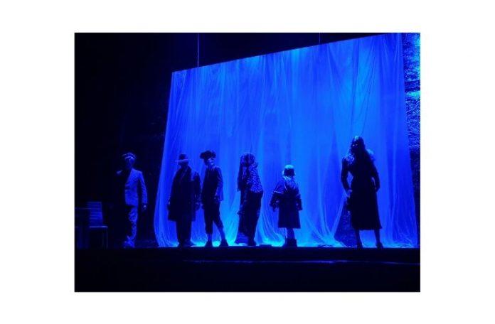 Sei personaggi in cerca di autore al Teatro Ghione nella scena finale blu ph.Emanuela Dottorini