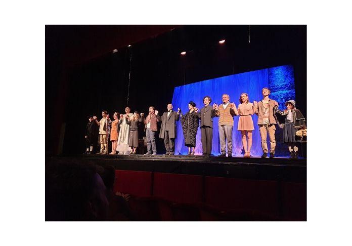 Scena finale e ringraziamneti di Sei personaggi in cerca di autore di Pirandello al Ghione ph.Emanuela Dottorini