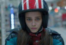 Stella, protagonista di Buio thriller apocalittico, indossa un supercasco