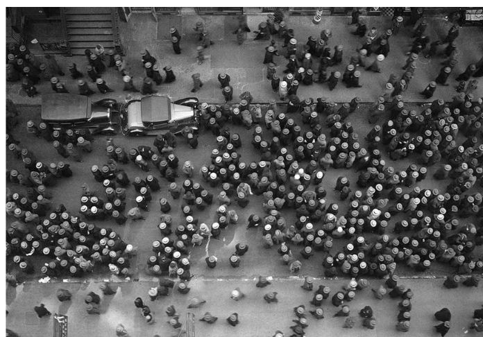 In mostra e nel libro Prima, donna lay Street, New York, 1930 . © Images by Margaret Bourke - White. 1930 The Picture Collection Inc. All rights reserved