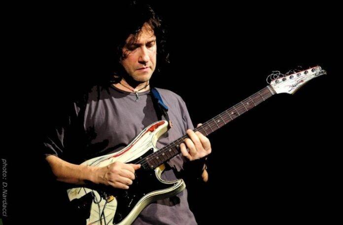 Rocco Zifarelli nella photo di Nardacci per ecelebrare Jimi Hendrix al Teatro Tor Bellamonaca