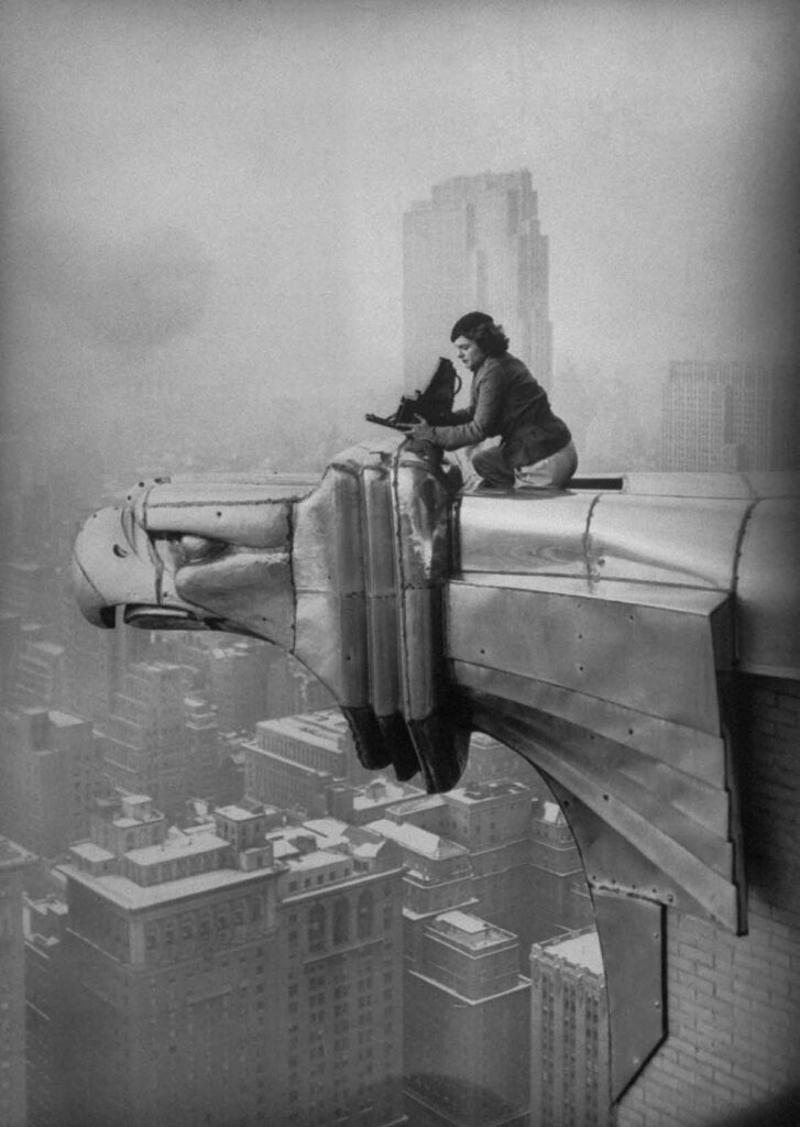 Margaret Bourke - White al lavoro in cima al grattacielo Chrysler, New York Ci ty, 1934 © Oscar Graubner Courtesy Estate of Margaret Bourke White;